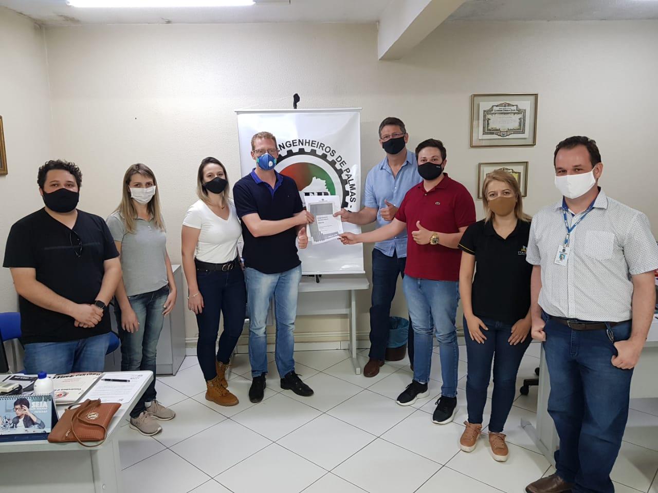 Pato Branco - Cinco dos seis candidatos à prefeitura de Palmas receberam os materiais da Agenda Parlamentar do Crea-PR