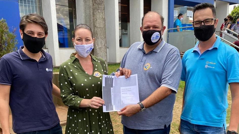 Londrina - A Agenda Parlamentar do Crea-PR foi entregue em mãos ao candidato à Prefeitura de Bandeirantes, Zé Bolinha (PSB) e sua vice, Tati Sabaini, nesta terça-feira, dia 27.