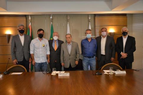 Regional Curitiba - Candidato à Prefeitura de Curitiba recebe material da Agenda Parlamentar